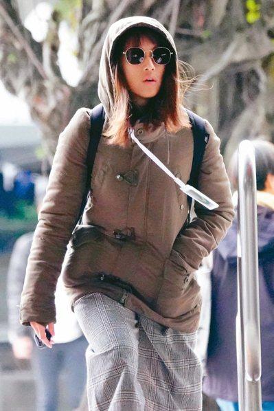 今年首波大陸冷氣團報到,今天開始氣溫下降、周二清晨最冷;圖為台北街頭民眾紛紛穿起...