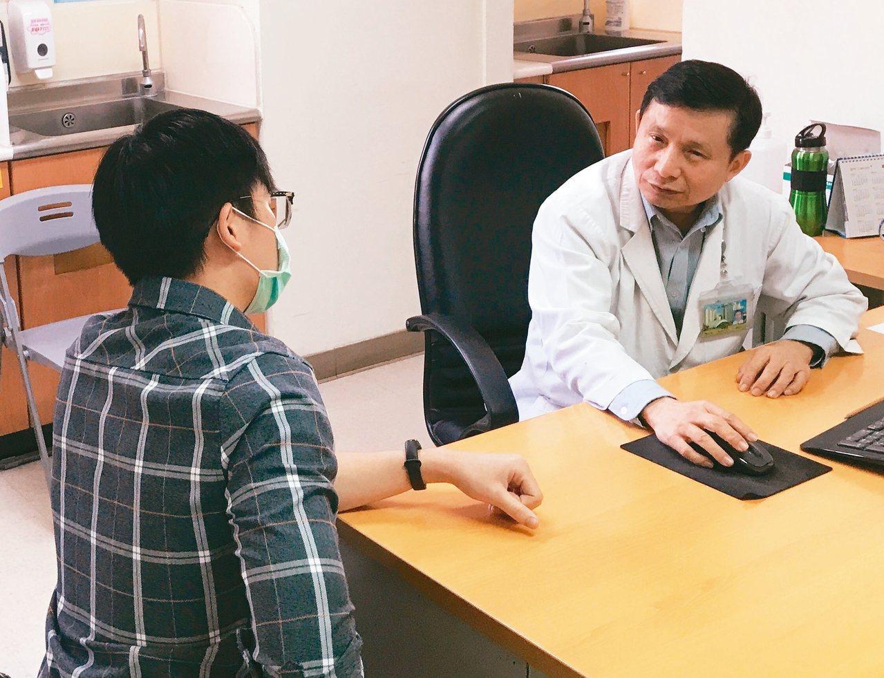 高醫泌尿部主治醫師周以和(右)提醒,陰莖部位血流豐富,萬一不小心發生意外「斷根」...