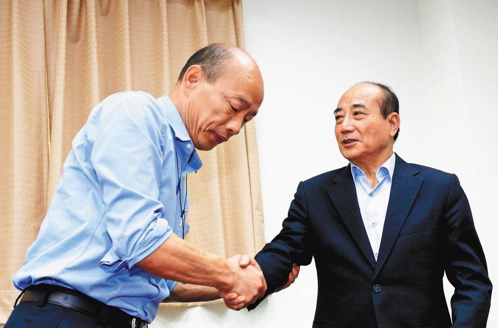 王金平(右)在臉書上表示「我支持韓國瑜(左)把市長做好」。 聯合報系資料照片/記...