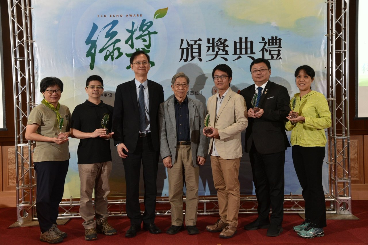 獲得第四屆綠獎「大型生態保育計畫獎助」的五個生態保育團體代表,與聯電總經理簡山傑...