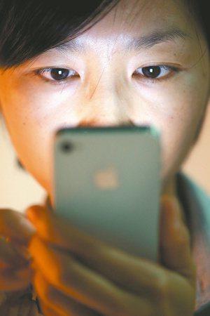國人平均每天使用3C時間突破十小時,白內障、乾眼症患者明顯年輕化。 圖/本報資料...