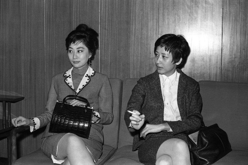 唐書璇(右)拍攝的第一部影片《董夫人》,左為該片女主角盧燕,攝於1967年。 圖...