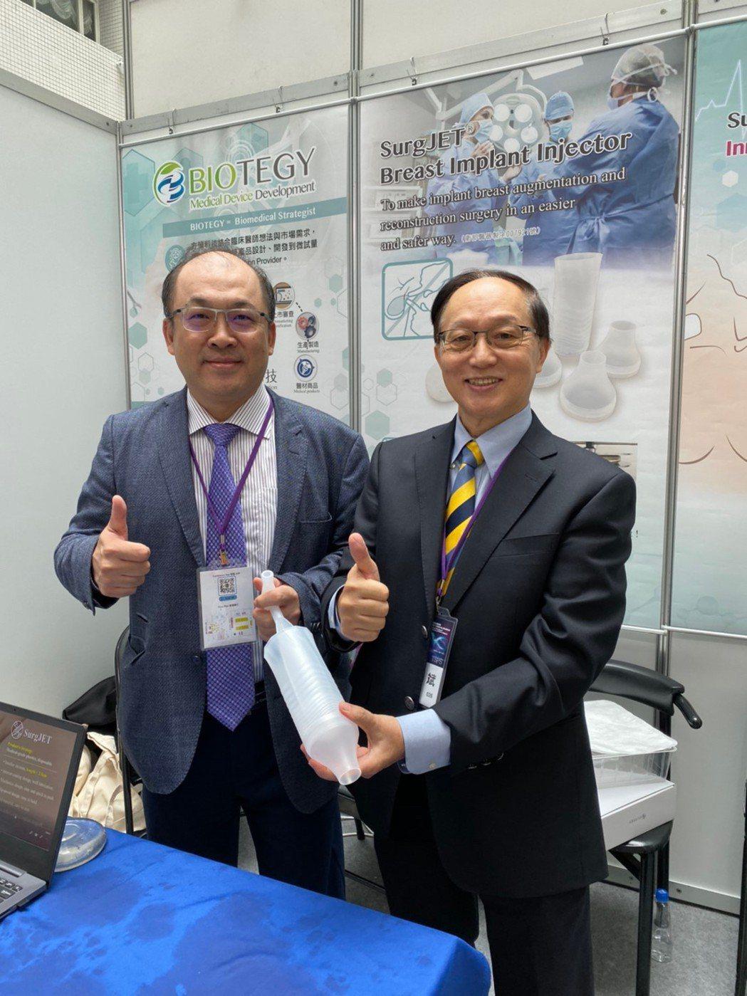 曹賜斌醫師(右)與北科大方旭偉教授共同研發設計出新一代SurgJET義乳植入器2...