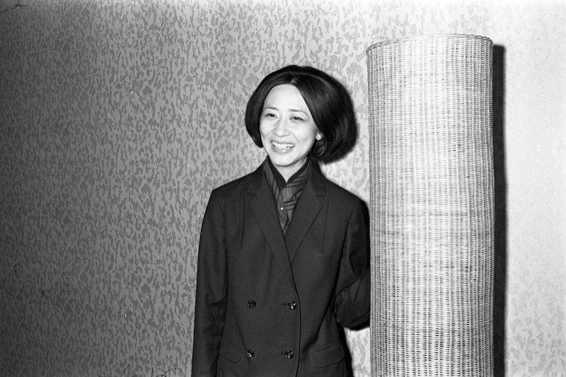 香港第一位自海外歸來的學院派女導演唐書璇,圖為1967年唐書璇抵台開拍《董夫人》...