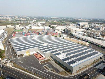 國內積極發展綠能,圖為奇美實業廠房屋頂上的大片太陽能板。 圖/台電提供