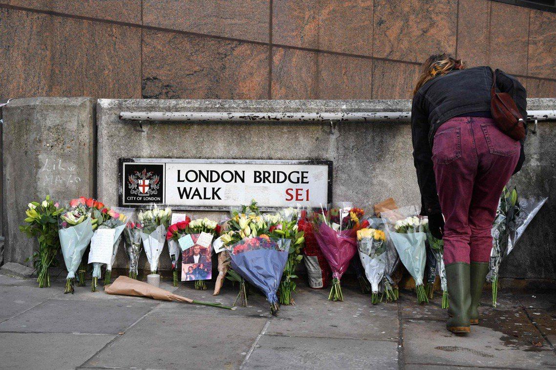 倫敦民眾獻花哀悼受害者。 圖/法新社