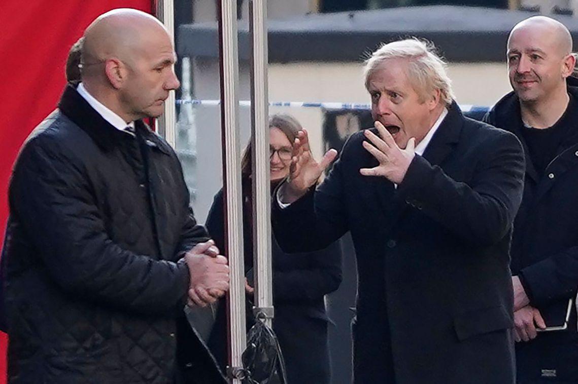 英國首相強生(Boris Johnson)前往犯罪現場勘查。 圖/法新社