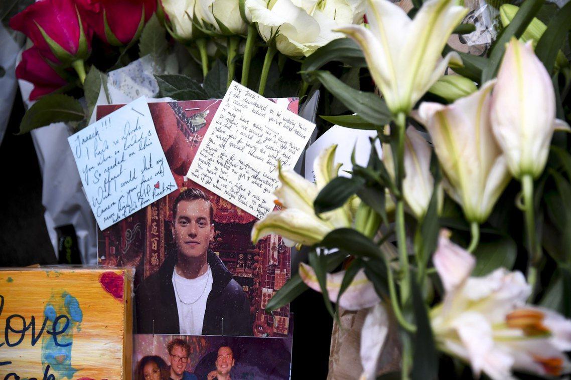 倫敦橋案發現場,有民眾向受害者送上鮮花致哀。 圖/美聯社