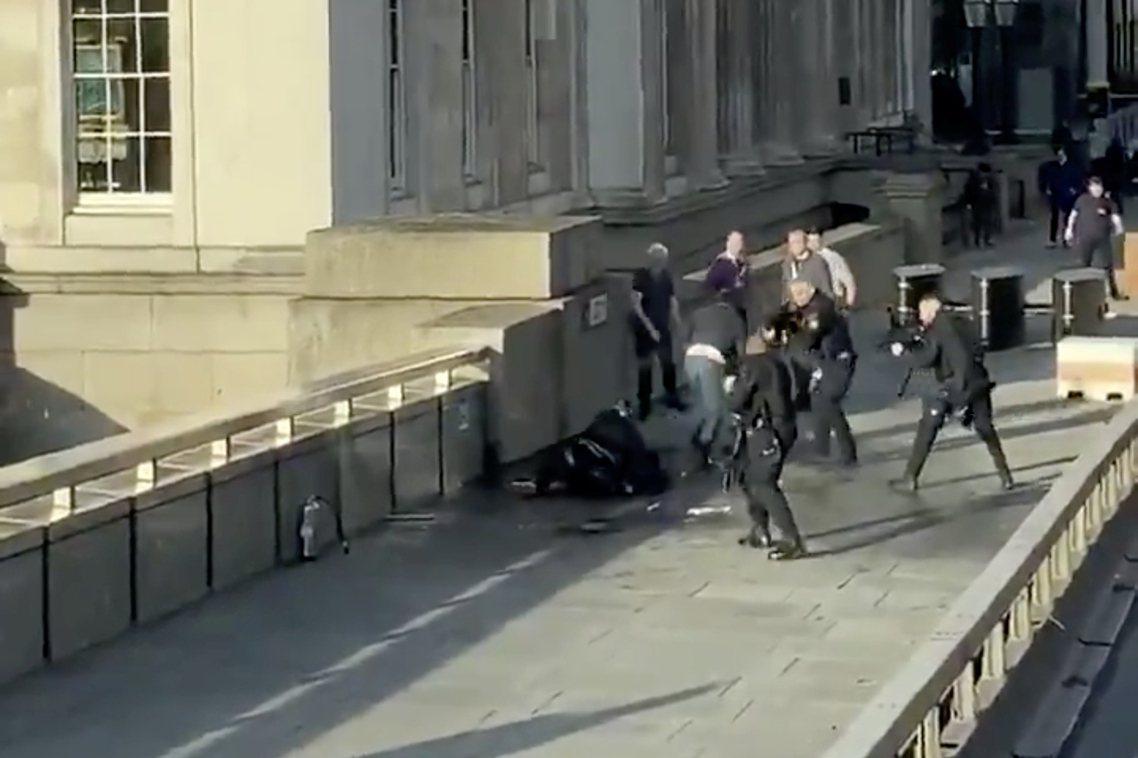英國11月29日發生倫敦橋恐攻事件。現場幫忙奪刀制伏的路人們,也迅速被輿論媒體奉...