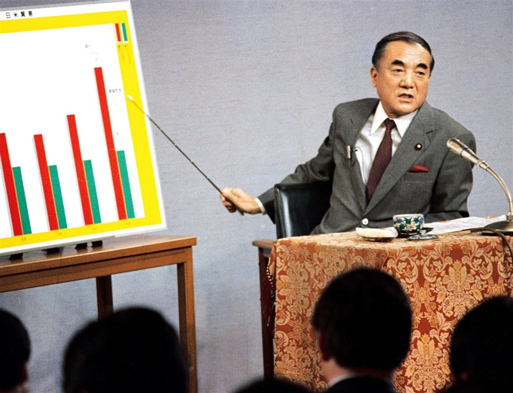 中曾根康弘擅於利用電視媒體宣傳,經常可見他一個人拿著指揮棒,在電視機前指引圖表進...