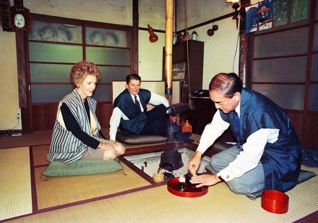 1983年中曾根邀請訪日的美國總統雷根,蒞臨位於西奧多摩日之出的別墅,不但泡茶給...