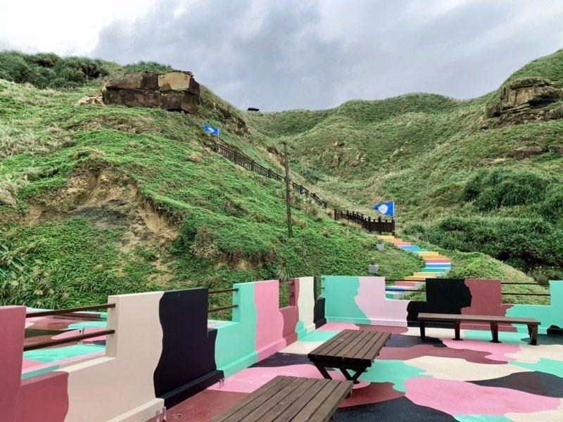塗上粉紅迷彩的聽濤營區,從營區二樓往上能看見彩虹階梯。 圖/張芳瑜攝影