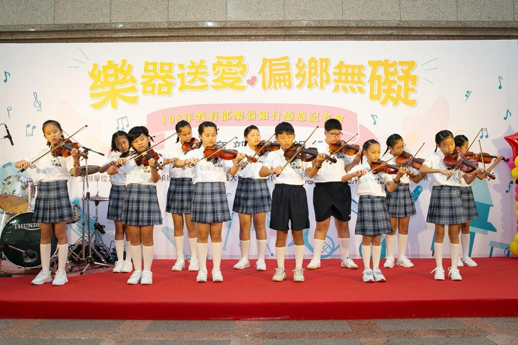 彰化永豐國小發展弦樂團,樂器銀行資助小提琴。 教育部/提供