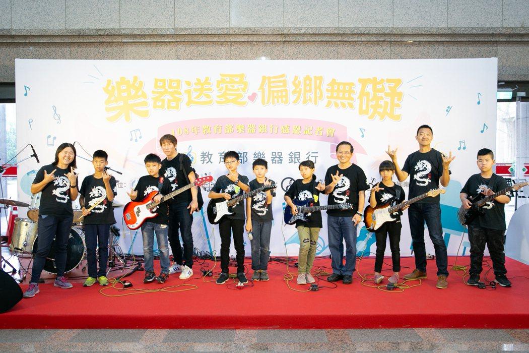 樂器銀行送電吉他,台南偏鄉子龍國小發展搖滾樂特色。 教育部/提供