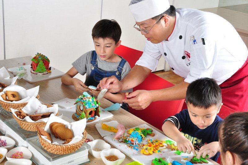 Checkers繪製薑餅DIY活動,12/21-25限定期間每日舉辦,由主廚帶領...
