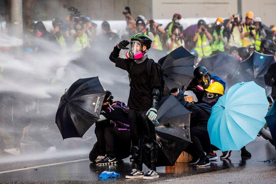 香港反送中示威運動中,一身黑色裝扮為許多年輕人上街的標準形象。 圖/法新社