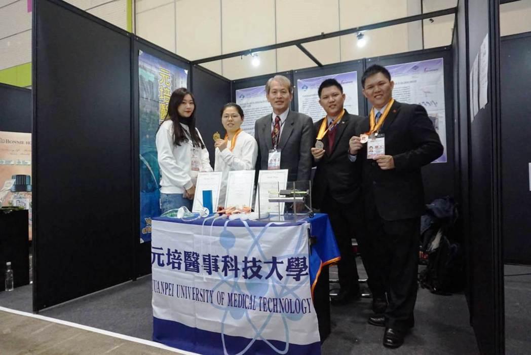 元培醫放系郭老師帶領同學參加韓國發明展獲一金一銀一銅佳績。 元培/提供