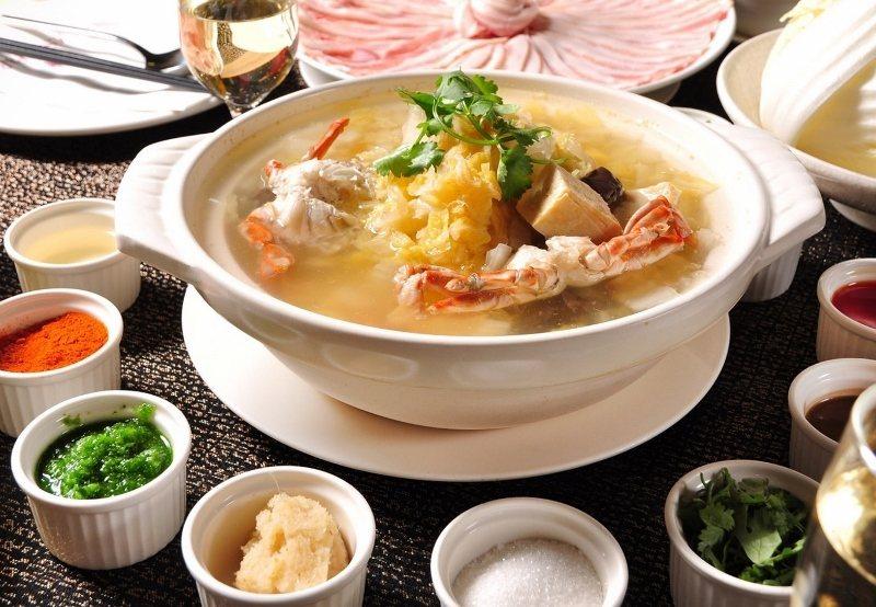 「五星級」的酸菜白肉鍋,酸白菜、湯頭、肉片三大元素,都有主廚的特別製法與選材。 ...