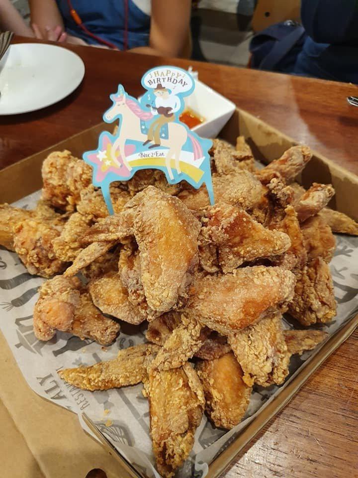 薄多義推出幾歲就可送多少隻雞翅。圖/網友楊曉海授權