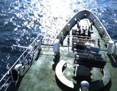 圖為中科院「鎮海火箭彈」系統在台中艦測試畫面。 圖/中科院提供