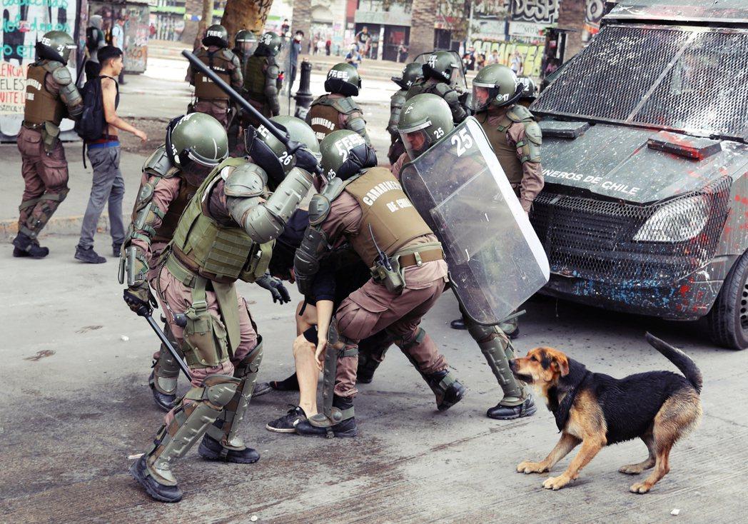 根據人權組織的調查,期間出現了數千件軍警虐待民眾的案子,檢察系統收到1,000多...