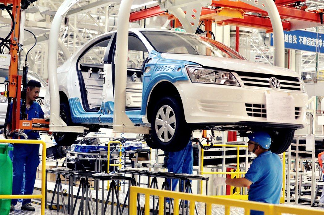 《德國之聲》已開始對在新疆投資,與中國監控設備產業合作的德國企業——福斯集團和西...