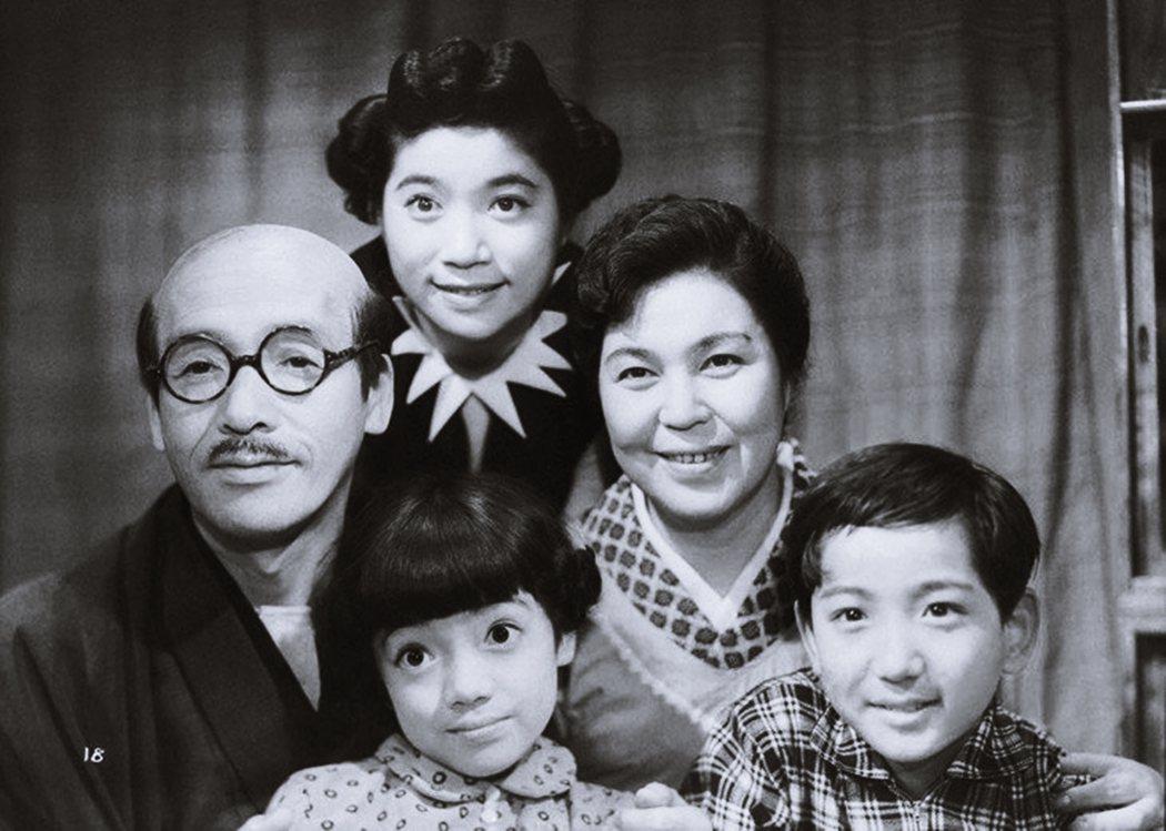 「形塑家庭中心主義」,圖為1948年《海螺小姐》電影版。 圖/東寶映畫