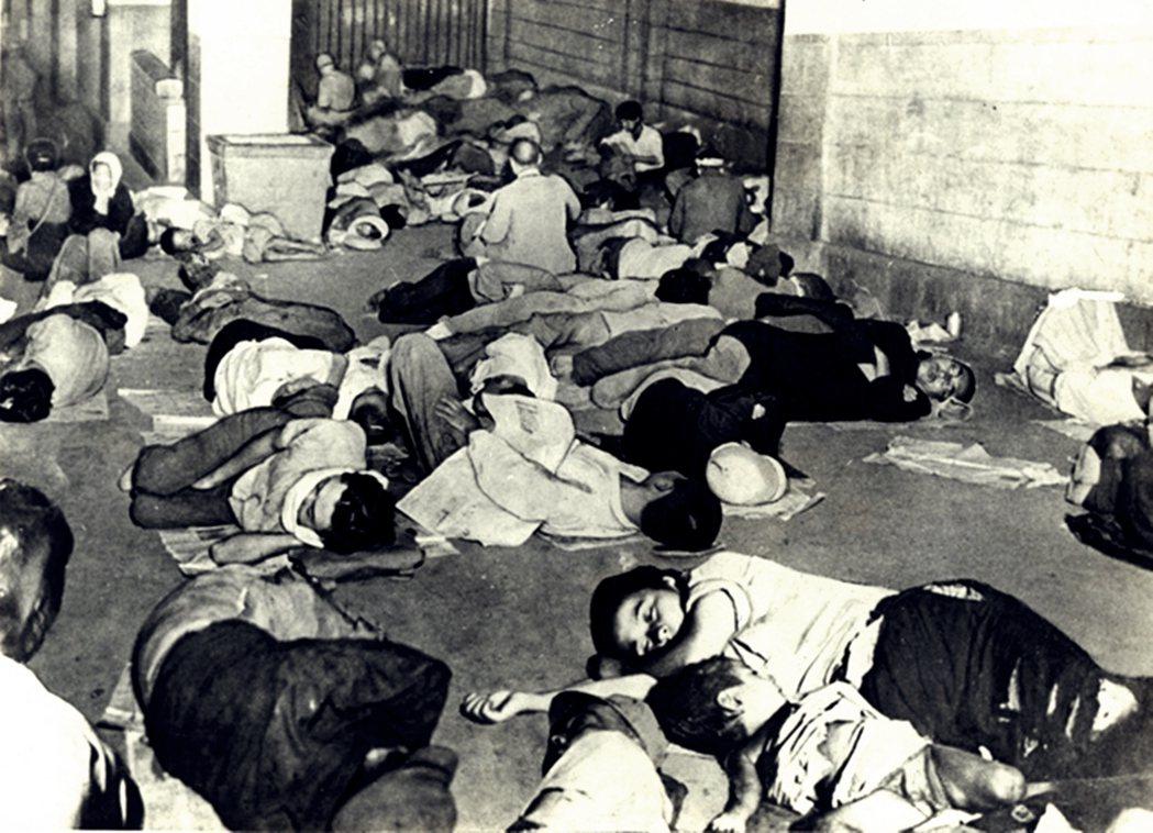 戰後初期,也是日本社會秩序重整、經濟從廢墟中重建的階段。圖為戰後在上野一帶的孤兒...