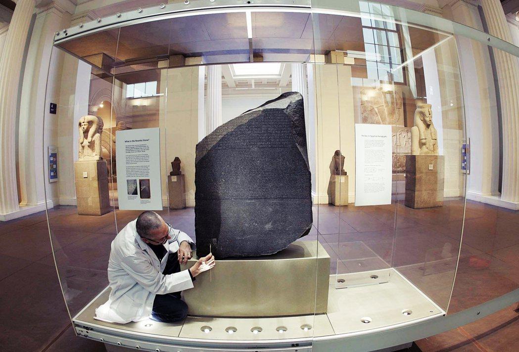 圖為藏於大英博物館的羅賽塔石碑,為埃及考古的重要文物。 圖/美聯社
