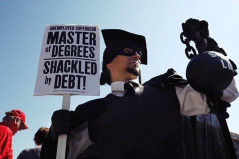 學貸可說是最沉重的「美國夢」負擔之一,學生一畢業,即背負百萬新台幣上下的高額貸款...