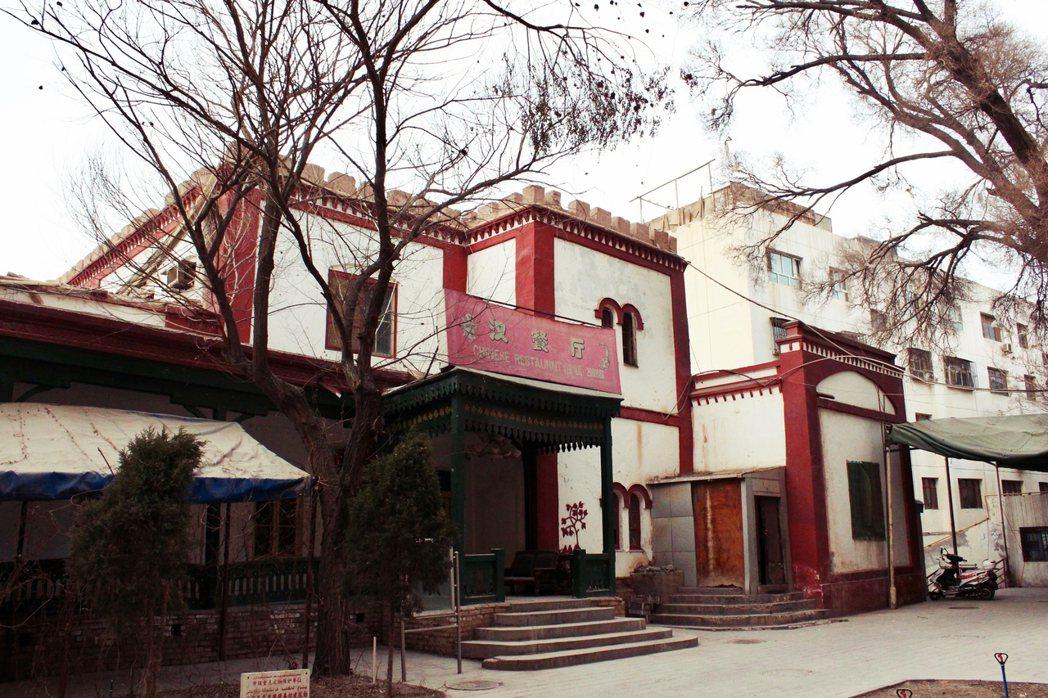 1948年英國外交人員撤離,建物多次挪作他用,後改稱為其尼瓦克賓館。目前這棟百年...