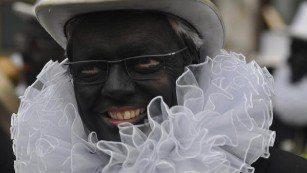 圖說:比利時的聖誕節裝扮「黑彼得」被視為是一種族歧視,但並未受政府重視。圖為比利時前國防部長雷恩德斯。(photo by Twitter)