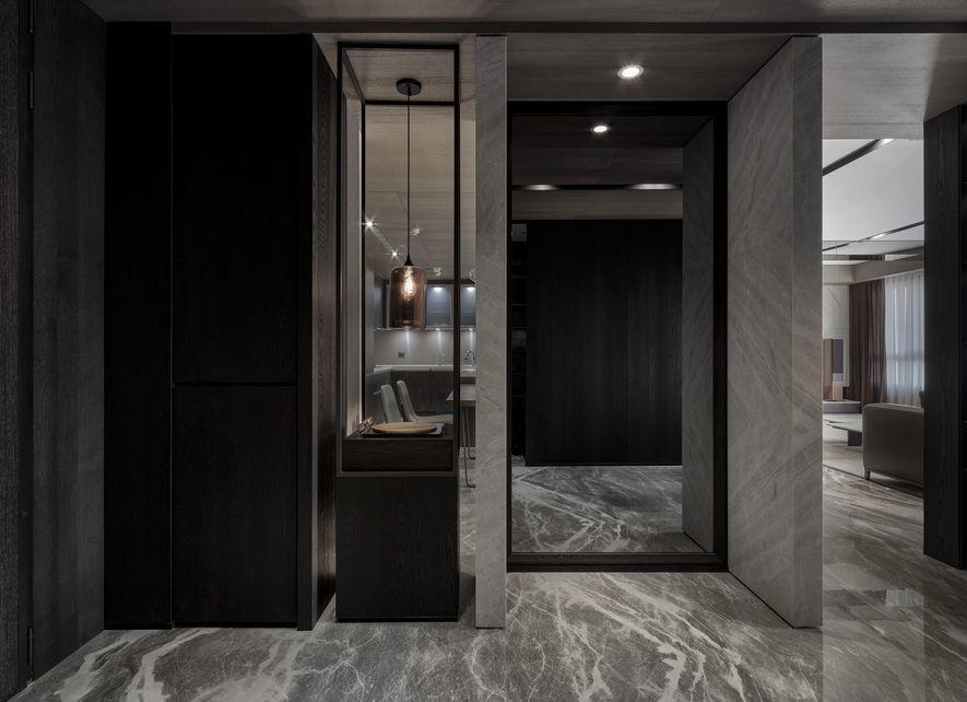 (圖)為體貼出入家門的整裝需求,設計師不僅設置落地鏡,更於兩側圍塑石牆,提供整理...