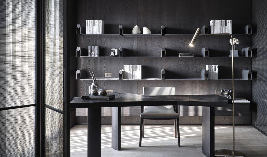 (圖)設計師在這片俐落景物中央,擺上一只自然收邊的實木書桌,為場所再添生命質感。