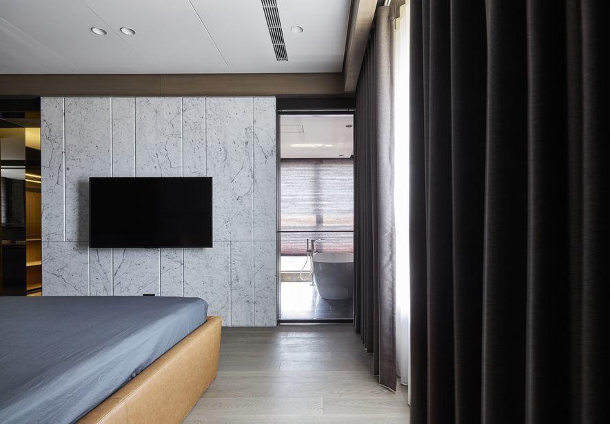 (圖)電視牆採用與公領域呼應的雪灰石材,同時選以防水材質,恰好轉作淋浴間的隱私屏...