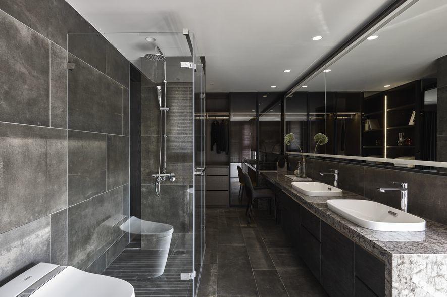 (圖)透過機能區塊的配置,設計師將浴室形塑為狹長格局,並依序劃分出左、中、右三區...