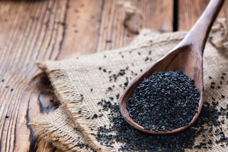 黑芝麻磨粉沖服,或搭配山藥粉、核桃粉、紫米粉。黑芝麻炒製後燥熱,熱性體質者吃了容...