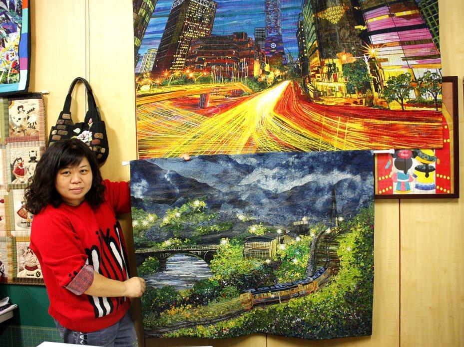 雙溪區藍媽媽拼布工作室吳秀枝,描繪平溪望古車站的作品再度入選2020美國AQS國際拼布展。 圖/觀天下有線電視提供