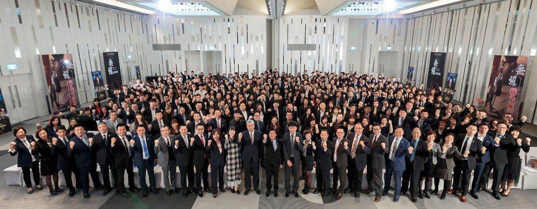 富士達保經舉辦「2020年度策劃會報暨領袖極峰頒獎典禮」,上百位高階主管熱情參與...