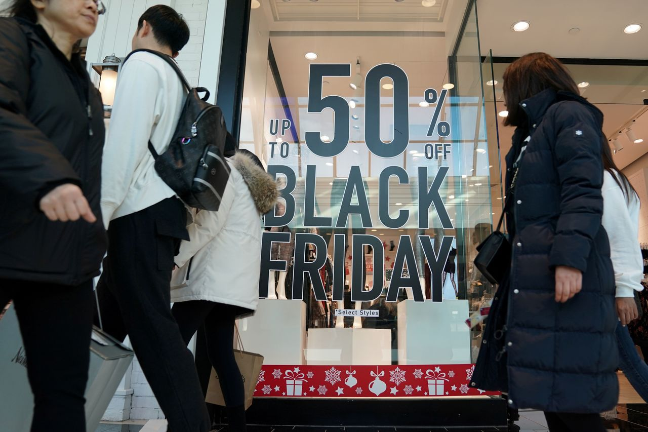 美國零售商在一年一度促銷重頭戲「黑色星期天」紛紛推出折扣促銷。路透