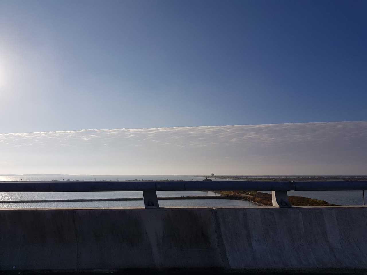 網友昨天在臉書上分享西側出現像是一堵牆般的雲層。圖/取自臉書台南爆料公社