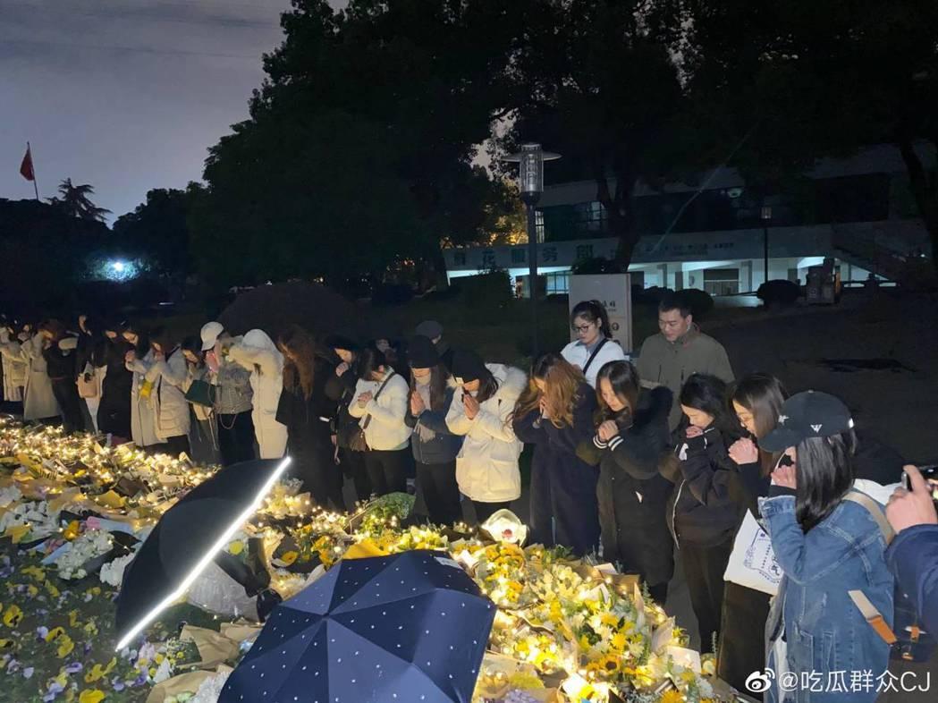 粉絲在杭州殯儀館外送高以翔最後一程。圖/摘自微博