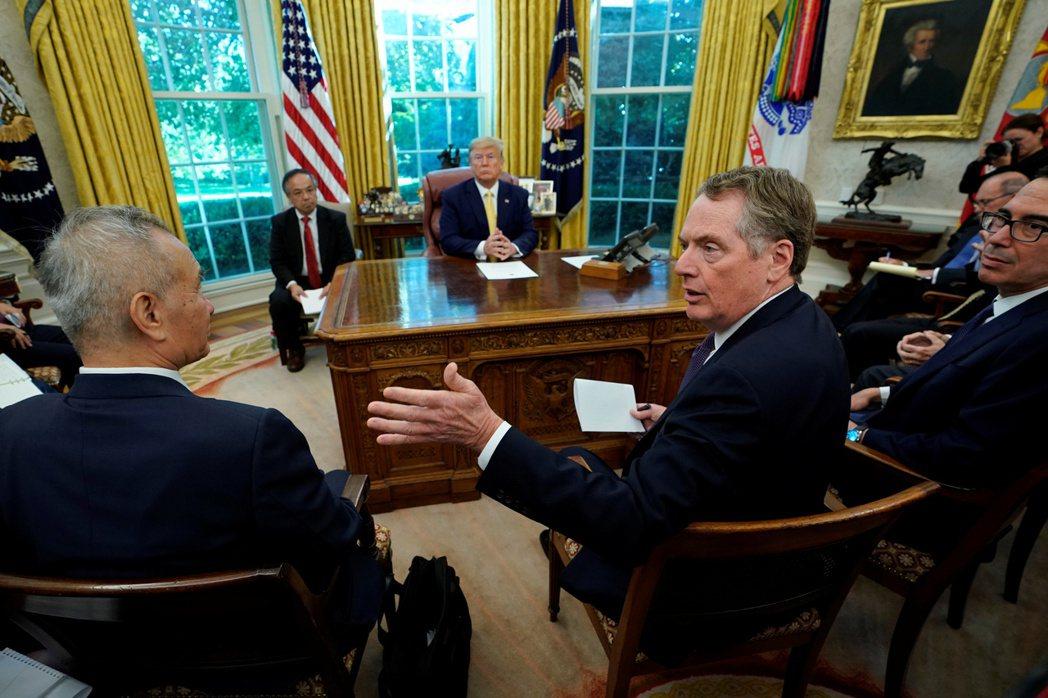美國總統川普10月11日在白宮接見美中談判代表後,宣布美中達成第一階段貿易協議。...
