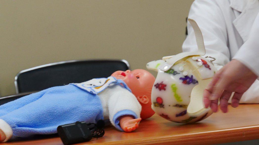 一名嬰兒出生後因睡姿造成頭型歪斜,媽媽為他配戴頭盔以矯正頭型,卻因悶熱導致後頭部...