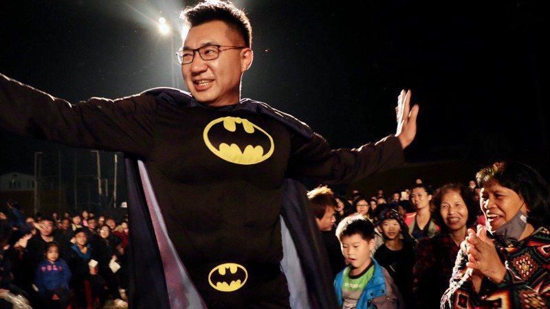 立委江啟臣昨晚變裝成蝙蝠俠,進入紙風車劇場的表演現場。圖/立委江啟臣服務處提供