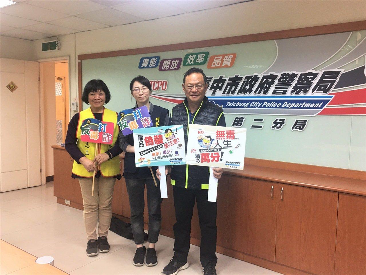 台中市第二警分局今天邀請游金隆(右)、黃淑容(左)擔任反毒大使,接受警廣訪問,宣...