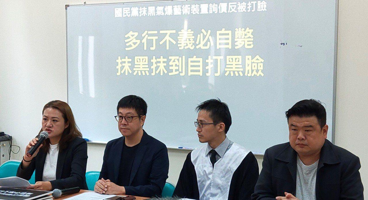 前高雄市文化局長尹立(左二)上午在律師孫少輔(右二)及民進黨議員高閔琳(左一)、...