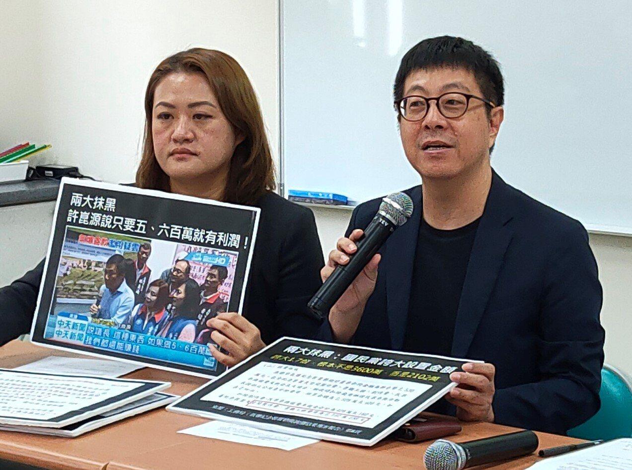 前高雄市文化局長尹立(右一)表示,民代以言論免責權一再抹黑氣爆公共藝術的經費執行...