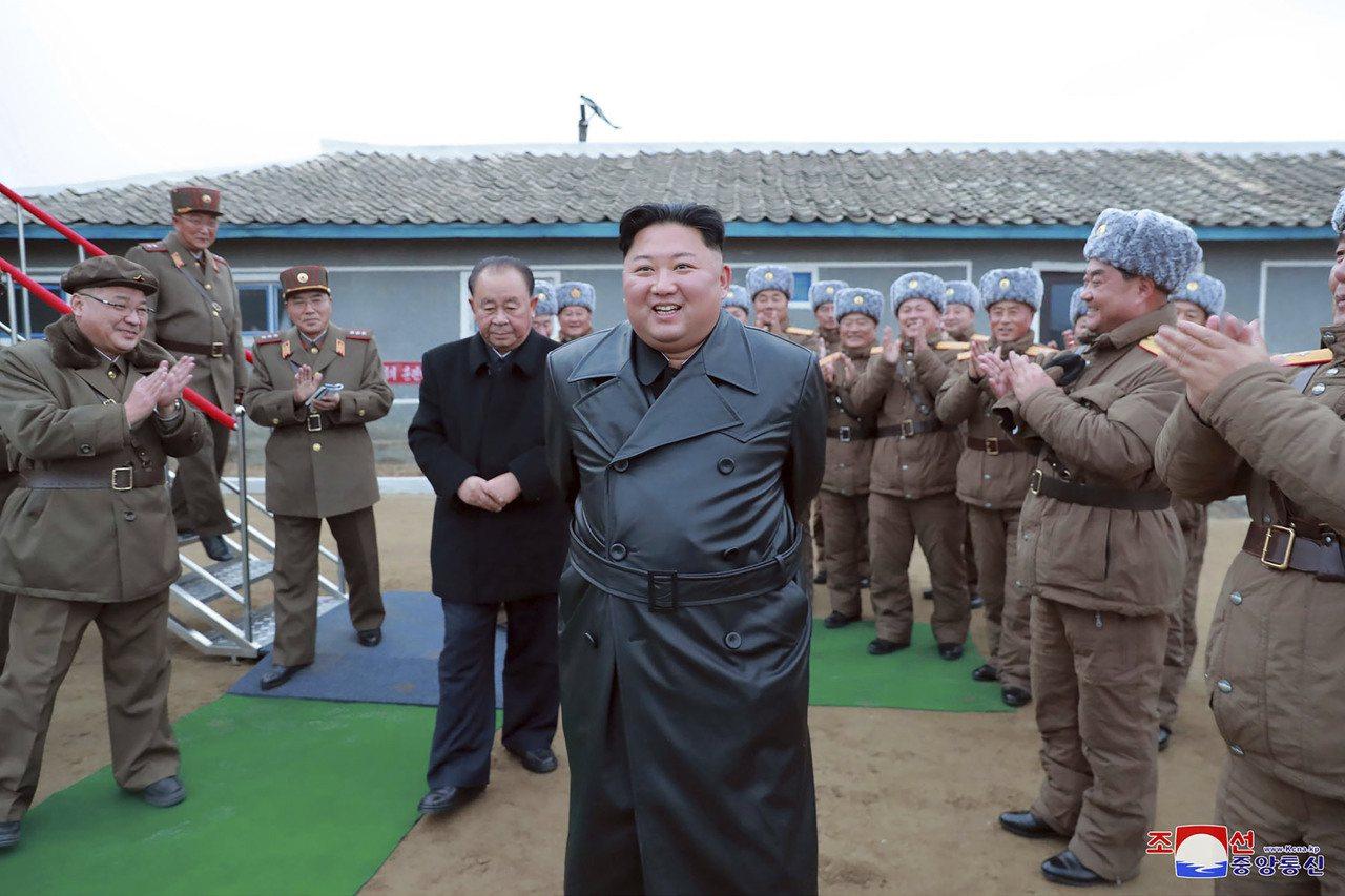 北韓領導人金正恩最近的穿著打扮引發外界揣測,他過去的衣著模仿自己的阿公金日成,但...