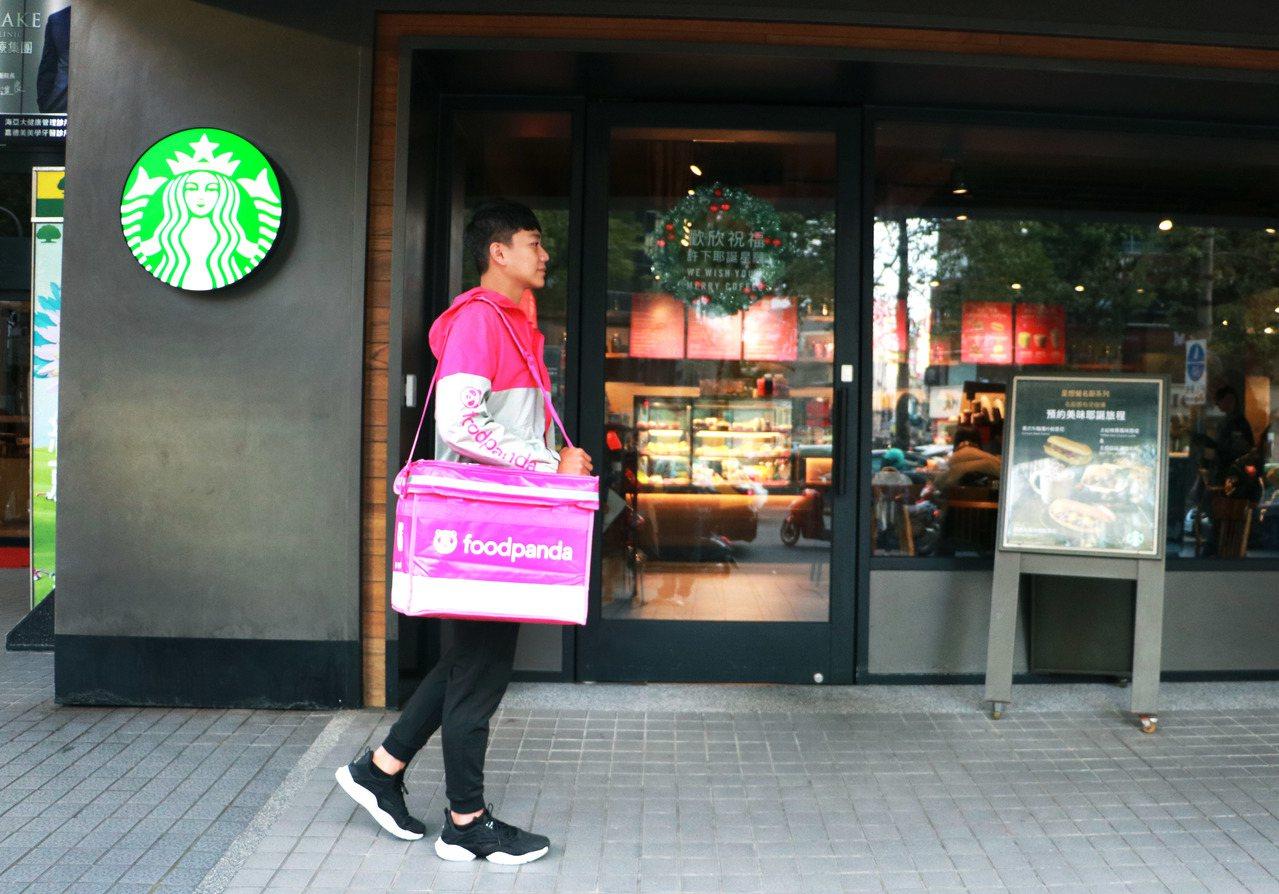 foodpanda拓展咖啡外送市場,攜手星巴克推出飲品升級、滿額折抵優惠。圖/f...